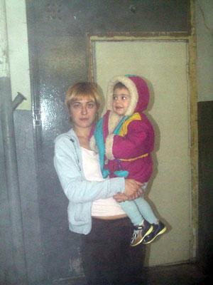 Жительница одного из подъездов Татьяна Мышинская с полуторагодовалым сыном.