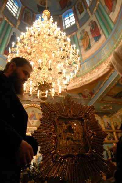 Почаевскую Божию Матерь к нам привезли впервые. Фото Ирины МАКУШИНСКОЙ.