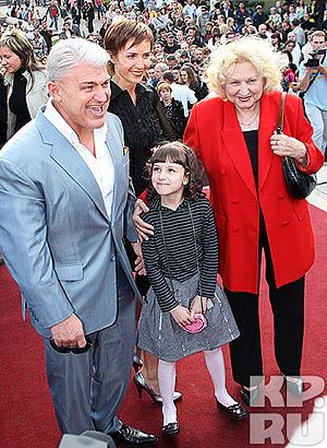 Владимир Турчинский с мамой, женой и дочкой. Фото: Руслан ВОРОНОЙ.