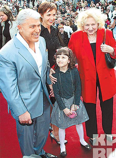 Владимир Турчинский с мамой, женой и дочкой.