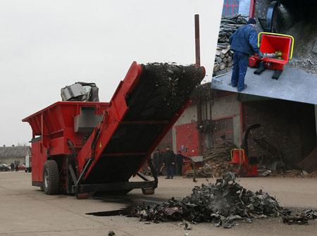 Этот комбайн отечественного производства утилизирует мусор. Может, например, неработающий автомобиль превратить в компактный металлический брус, который пойдет на переплавку.