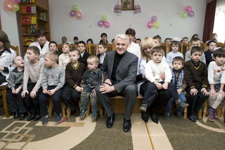 Литвин уже много лет регулярно посещает детские дома и помогает ребятам чем может.