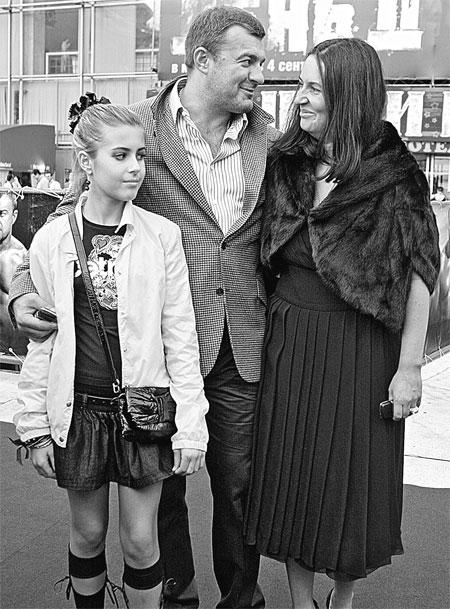 Свою любимую супругу Ольгу актер не раз называл «великой женщиной». На фото – со старшей дочерью от первого брака Варварой.
