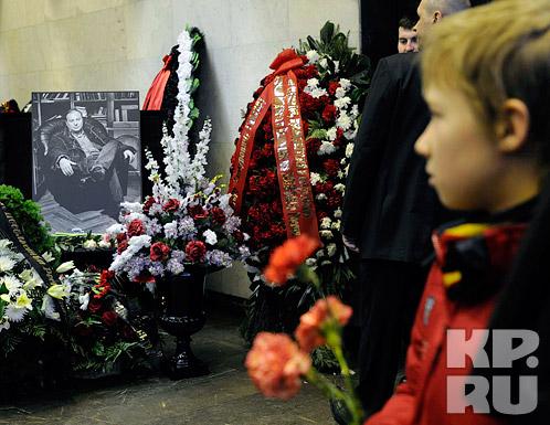 Цветов, которые приносили москвичи, было так много, что они не умещались на постаменте у гроба и их через каждые полчаса приходилось охапками уносить. Фото: Олег РУКАВИЦЫН