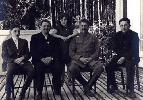На веранде Ближней дачи (слева направо): младший сын вождя Василий Сталин, соратник Андрей Жданов, дочь Сталина Светлана Аллилуева, сам вождь и его старший сын Яков Джугашвили. Середина 1930-х годов.
