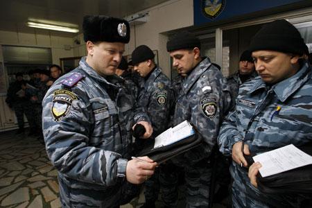 Командир киевского «Беркута» полковник Александров отправляет своих бойцов в патруль.