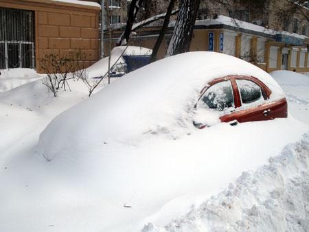 Больше всего от снегопада пострадала Одесса. Здесь люди, выходя из дому, с трудом находят свои машины. Говорят, были случаи, когда хозяин тратил час на раскопку автомобиля, но там оказывалась похожая чужая тачка... Фото Инны ИЩУК.