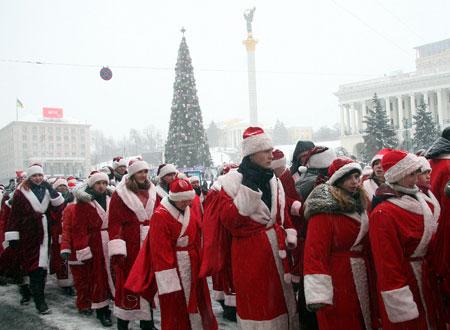 Киевские Деды Морозы, печатая шаг, маршировали по Крещатику.