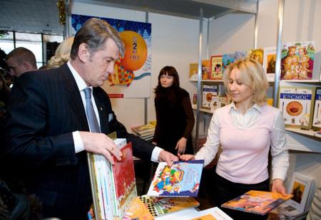 Виктор Ющенко рассматривает книги на благотворительной книжной ярмарке.