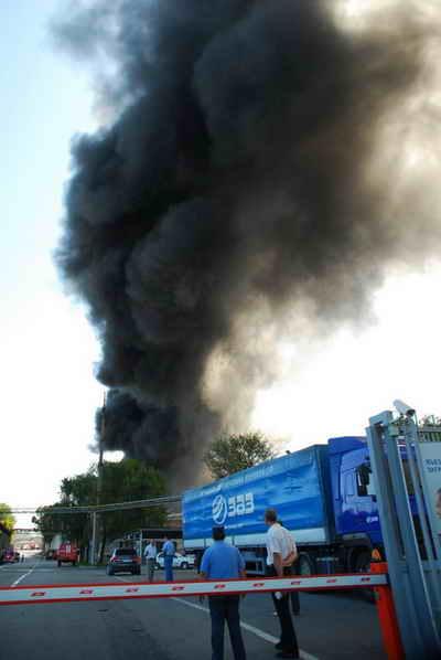Пожар на заводе спровоцировало несоблюдение правил безопасности. Фото Ирины МАКУШИНСКОЙ.