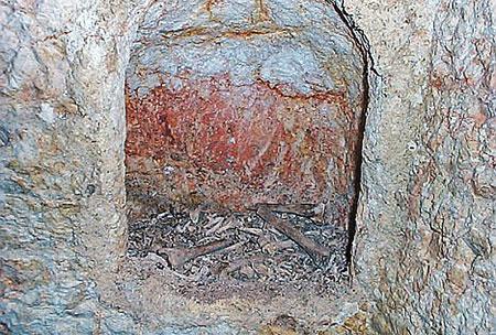 Вход в потайную выемку, где лежало тело под саваном.
