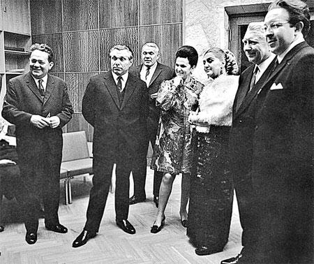 Популярная в 1970-е годы певица Галина Вишневская на одном из юбилеев Щелокова (рядом с юбиляром).