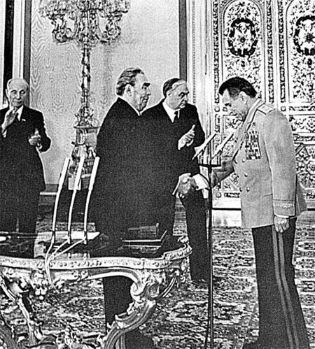 Брежнев вручает другу Щелокову звезду Героя Социалистического труда.