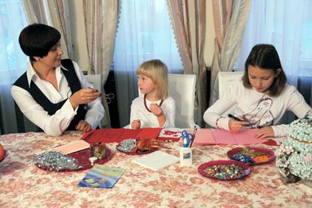 У дочек политика почти нет свободного времени. Старшая (справа) углубленно изучает английский, занимается музыкой и плаванием.
