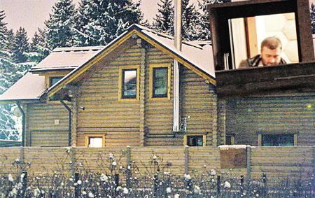 Друг Хабенского Михаил Пореченков построил в Толстопальцеве настоящий деревенский дом. Тут актеры собираются отпраздновать Новый год.