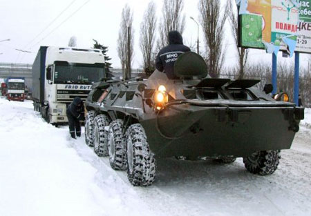 Под Одессой одну из рожениц спасатели вывозили из пробки на БТРе.