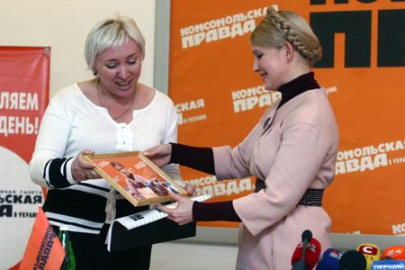 Принимая на память от «КП» фото и фирменную оранжевую футболку, Юлия Владимировна воскликнула: «Это мой любимый цвет!»