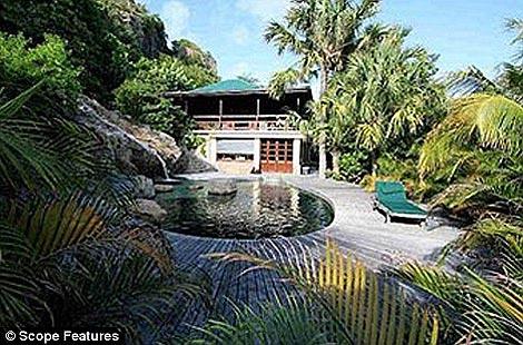 Поместье в 70 акров находится по соседству с пляжем губернатора острова. Фото: The Daily Mail.
