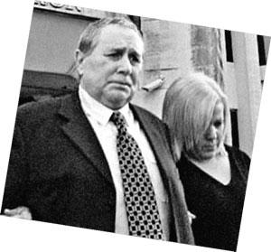 Томас с дочерью выходят из зала суда.