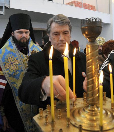 Лидер нации поставил свечку в мемориальной часовне за казаков, павших в Полтавской битве.