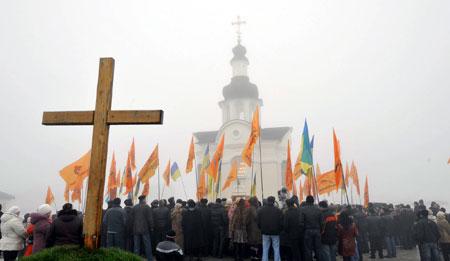 Перед церквушкой, возведенной рядом с мемориалом, собралось немало сторонников Виктора Ющенко.