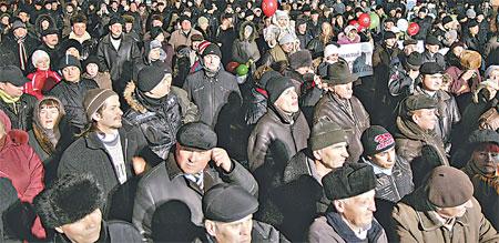 Жители Хмельницкого собрались послушать политика даже несмотря на ненастную погоду.