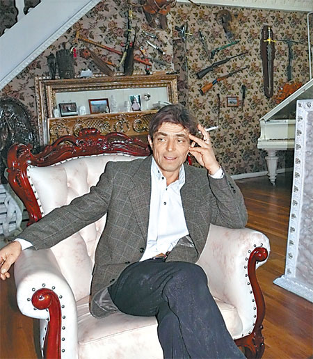 В гостиной трудовика - словно в резиденции миллионера: уникальная мебель, оружие на стене, раритетный рояль...