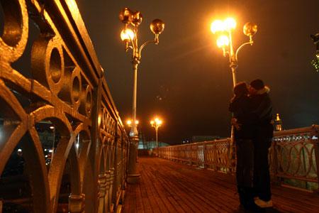 Приятный романтический полумрак чуть было не сменила кромешная тьма.