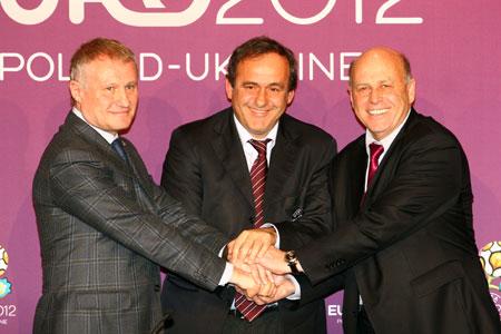 Радоваться есть чему. На фото: (слева направо) президент ФФУ Григорий Суркис, президент УЕФА Мишель Платини и президент ПФС Гжегош Лято.