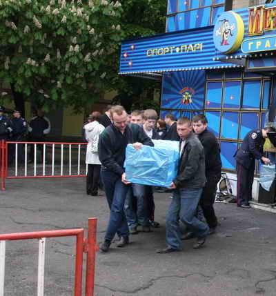 После пожара в зале игровых автоматов в Днепропетровске однорукими бандитами вплотную занялись и в Запорожье. Закрыли 550 азартных заведений. Некоторые из них продолжили работать подпольно.
