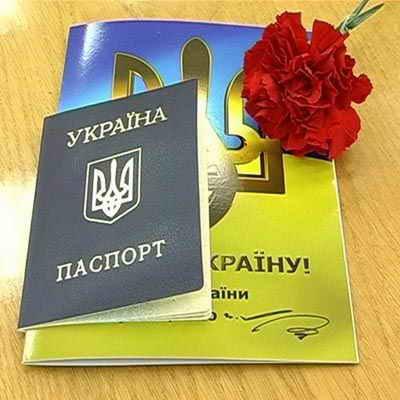 Проблемы с паспортами были практически целый год, но самая большая напряженка была в начале года. В очереди за главным документом стояли около восьми тысяч человек.