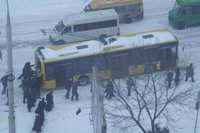 Первый снегопад стал для нашего города стихийным бедствием.