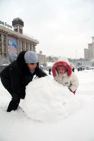 Слепить новогоднего снеговика решили прямо на Майдане.