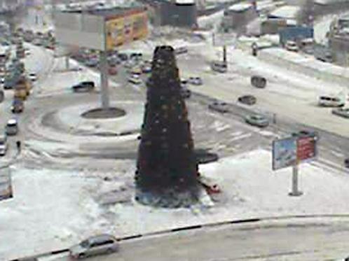 Верхушку у елки на Луговой тоже сдуло. Фото: Наталья ЖЕЛДАК