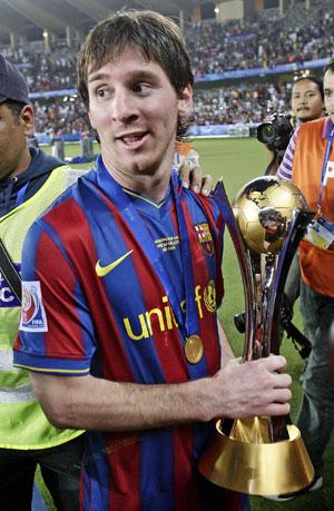 …а трофей клубных чемпионов мира - у лидера «Барсы» Месси.