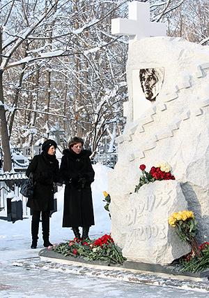 Вдова Абдулова Юлия ( на фото она слева) принесла на могилу мужа желтые розы. Фото: Мила СТРИЖ.