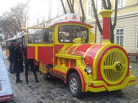 После инцидента экскурсионный «трамвайчик» продолжил движение.