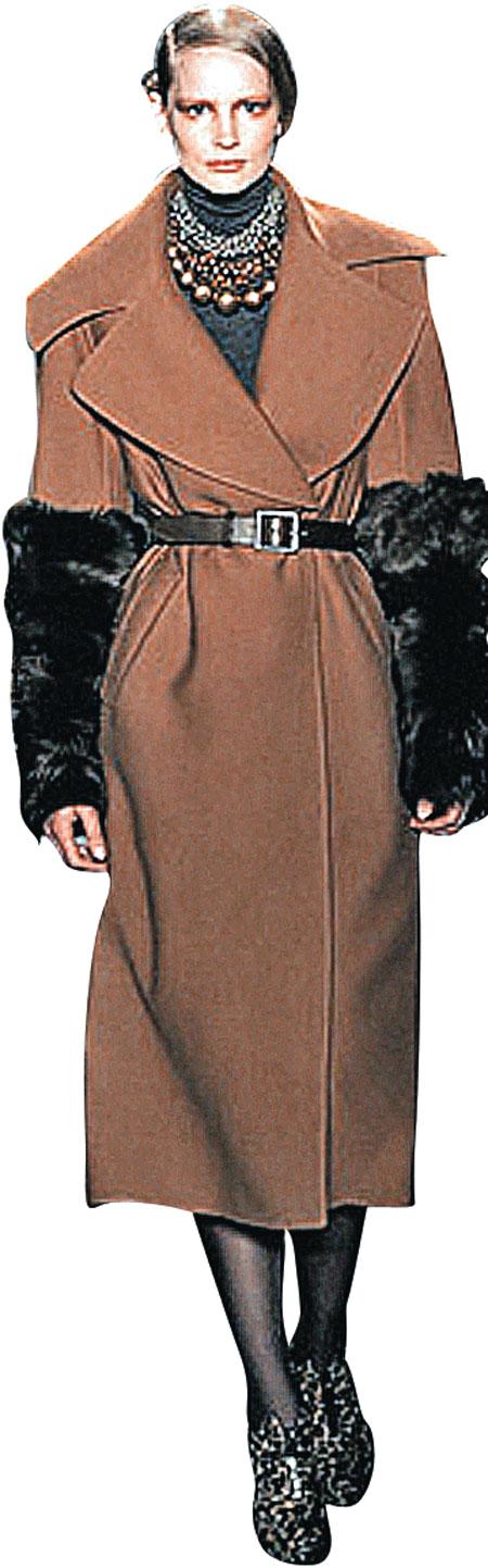 Меховые митенки (рукава-перчатки без пальцев) допустимо носить даже с классическим пальто.