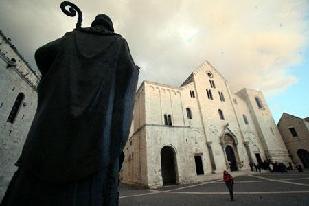 На этой площади возле базилики прошел первый церковный собор.