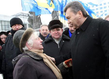 К главному оппозиционеру очень часто обращались с личными просьбами, в том числе и касающимися пенсий (на фото - Ивано-Франковск).