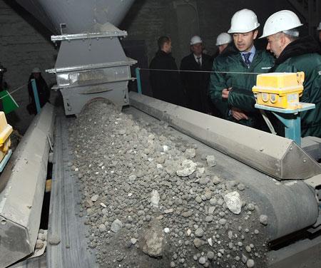 «Цементная печь идеально подходит для сжигания городского мусора, в том числе опасного - автомобильных покрышек, отработанных масел», - рассказывали политику на ДЦЗ.