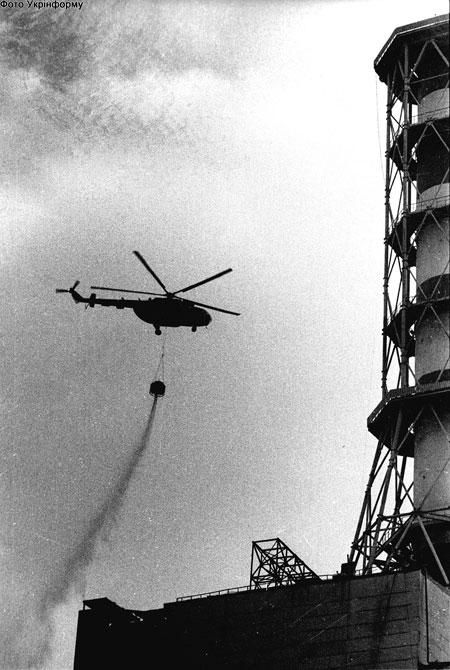 Горящий атомный реактор на ЧАЭС вначале засыпали песком - как костер...