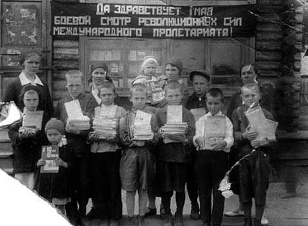 «Мы не рабы!» - читали по слогам маленькие украинцы.