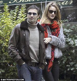 22-летняя модель встречается с 44-летним актером Оливье Мартинесом.