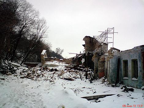 Разрушенные внутренности зданий.