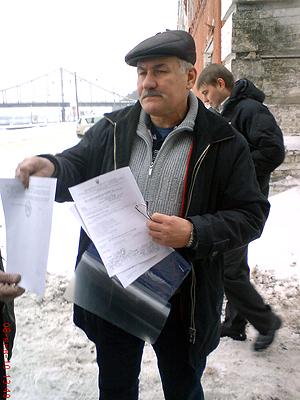 Иван Кривовяз показывает документы.