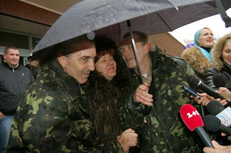 Наталья Лупачева с мужем - третьим механиком «Арианы» Александром Лупачевым и сыном - вторым помощником капитана Сергеем Лупачевым.