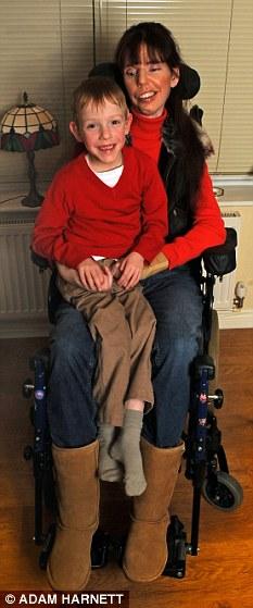 Эта замечательная женщина живет ради сына. Фото: dailymail.co.uk