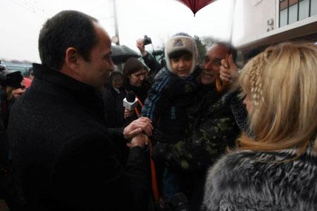 Сергей Тигипко поздравляет электромеханика Александра Фюта с возвращением домой.
