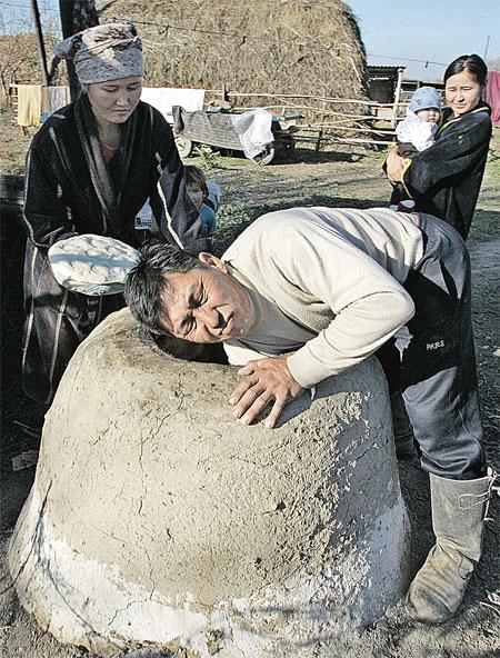 В таких печках в казахских деревнях до сих пор пекут хлеб. Фото РЕЙТЕР.